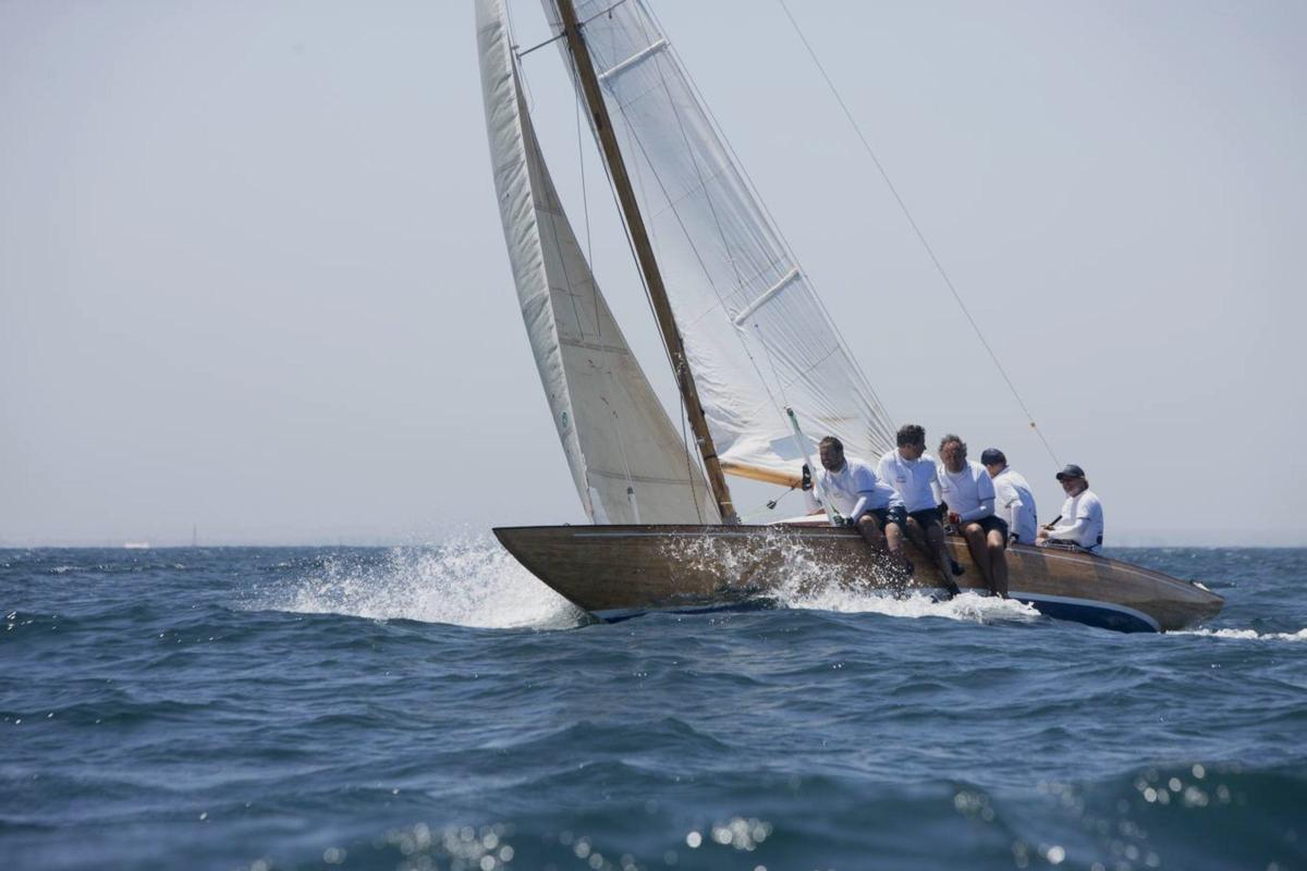 Regatistas en una carrera de velero