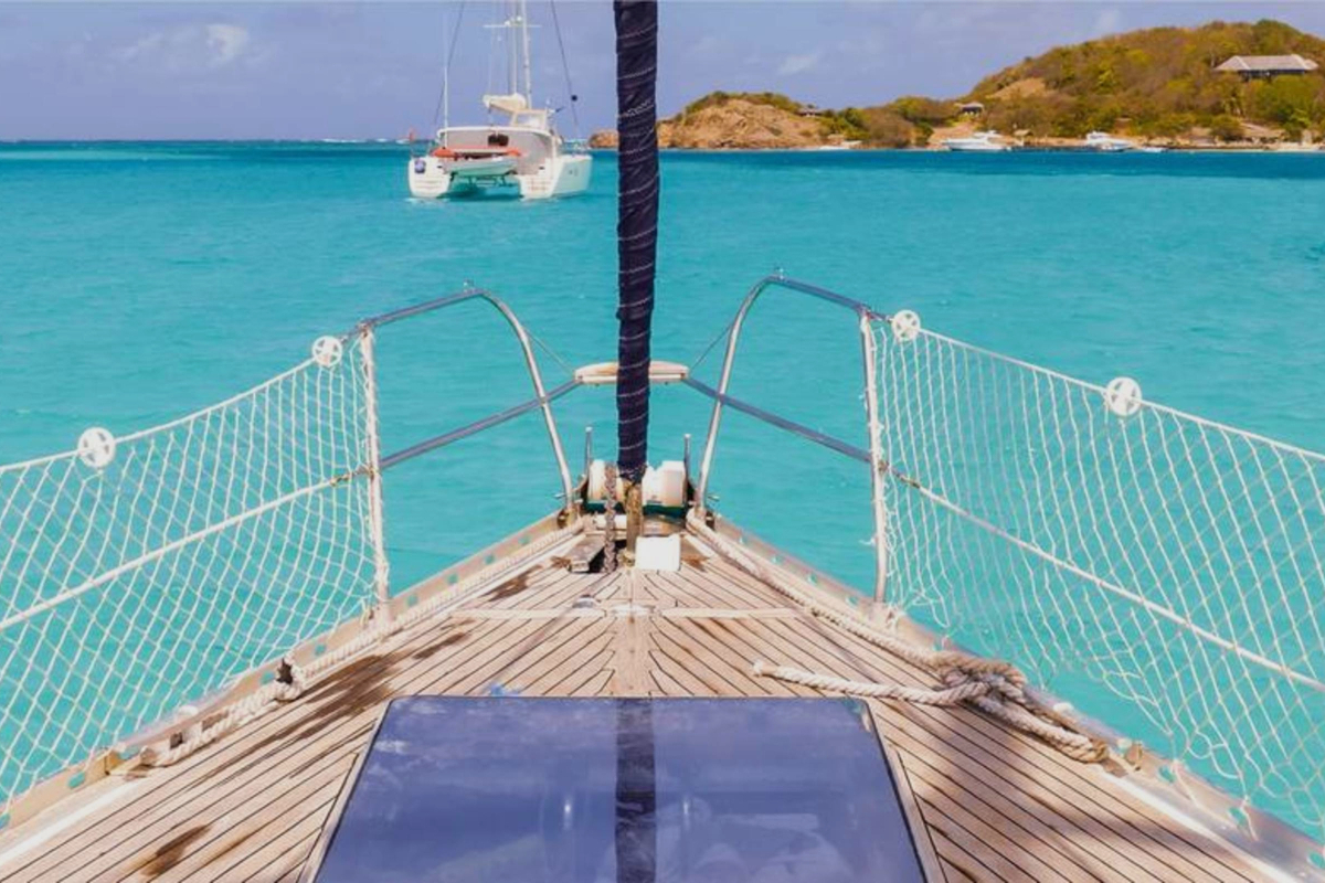 Velero navegando con el Caribe de fondo